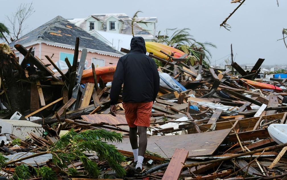 Homem caminha entre escombros de casas destruídas pelo furacão Dorian na ilha Grande Abaco, nas Bahamas, em 2 de setembro — Foto: Reuters/Dante Carrer