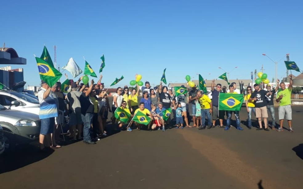 Manifestantes em Itumbiara, Goiás — Foto: Thiago Costa/TV Anhanguera