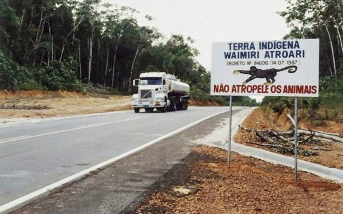 Estrada BR-174, no trecho que corta a Terra Indígena Waimiri Atroari (Foto: Marcílio Cavalcante / ISA)