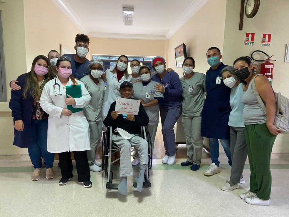 Carlos Massatoshi Higa posa com equipe do Hospital São Camilo, na Zona Norte, onde ficou internado por 191 dias devido à Covid-19 — Foto: Arquivo Pessoal