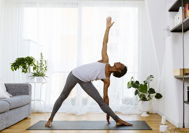 Woman practicing yoga at home (Foto: Getty Images/Westend61)