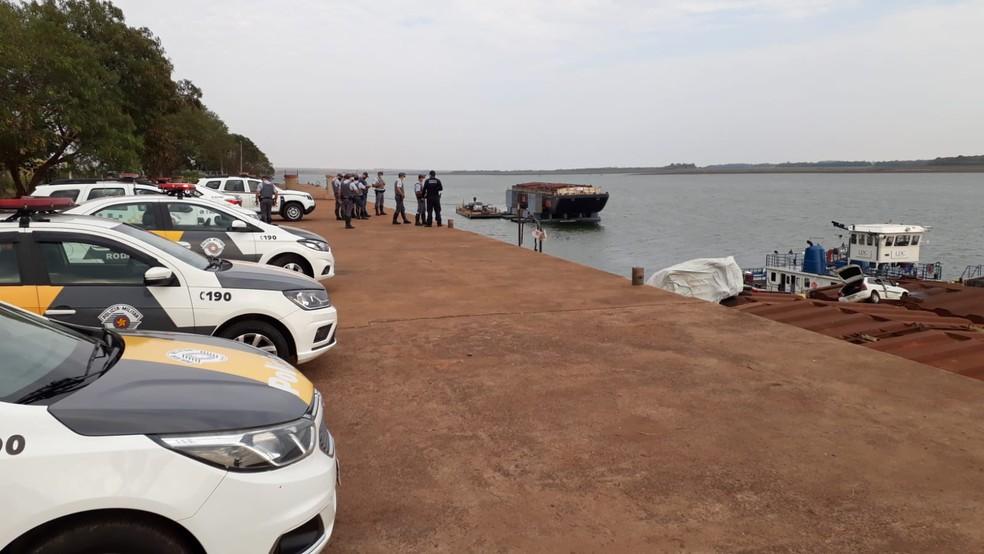 Viatura da Polícia Rodoviária e carro que tentava fugir caíram em balsa durante perseguição em Araçatuba (SP) — Foto: Arquivo Pessoal