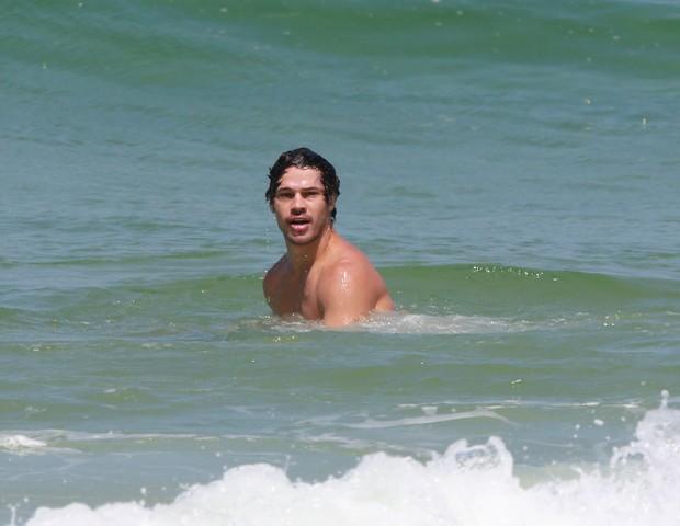 José Loreto na Praia da Barra da Tijuca (Foto: Agnews)