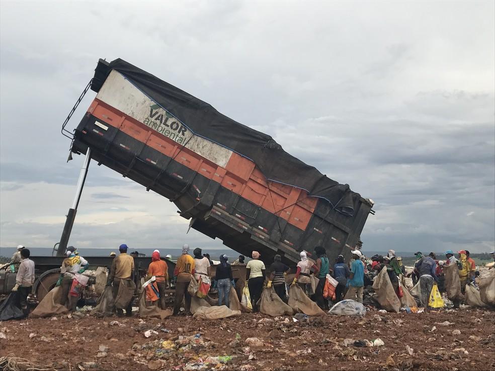 Catadores do Lixão da Estrutural aguardam caminhão descarregar material coletado em ruas do DF — Foto: Marília Marques
