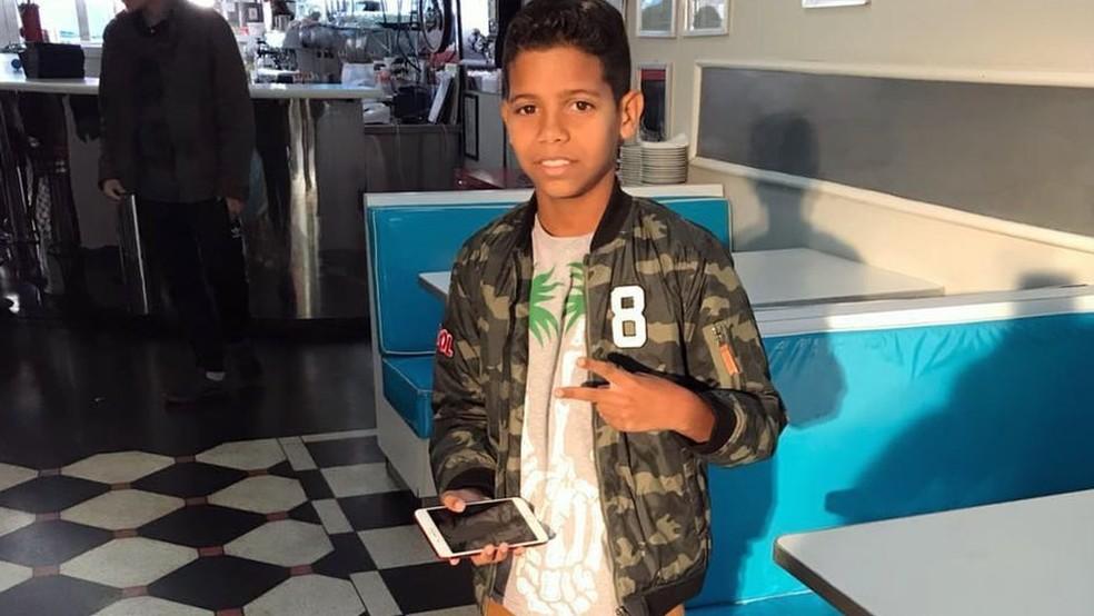 O garoto pernambucano se mudou pra São Paulo com a família para investir na carreira; além de ir para a escola normalmente, vai estudar canto, violão e teclado (Foto: Reprodução/Instagram/BBC)