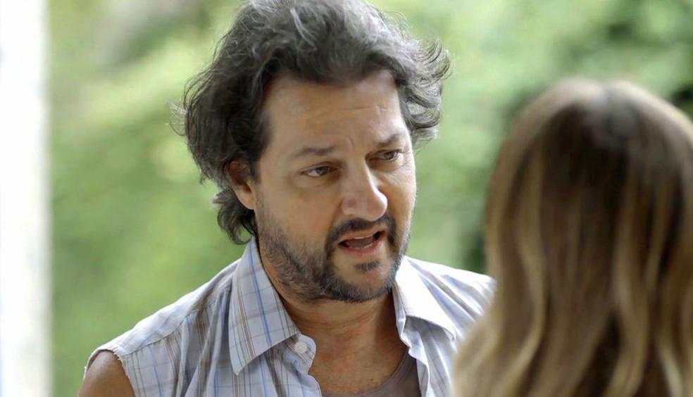 Nicolau (Marcello Serrado) dá a entender que filho de Afrodite (Carolina Dieckman) pode não ser dele, em 'O Sétimo Guardião' — Foto: TV Globo
