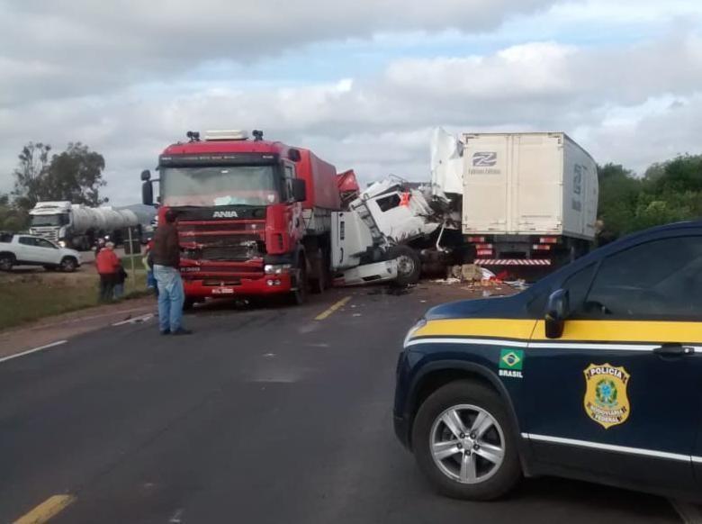 Acidente entre caminhões e carro deixa mortos e feridos na BR-116 - Radio Evangelho Gospel