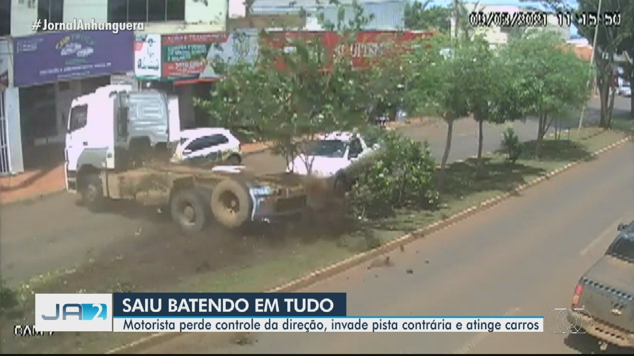 Motorista perde controle da direção, invade pista contrária e atinge carros, em Rio Verde