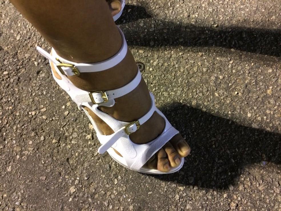 Para sandálias que escorregam, ela sugere o uso de um absorvente na sola dos pés. (Foto: Cristina Boeckel/ G1)
