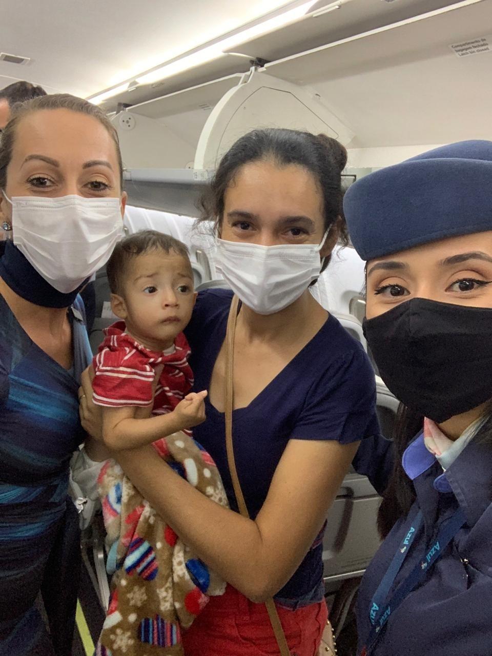 'Anjos que cruzaram meu caminho', diz mãe que recebeu doação de passageiros em voo com o filho doente