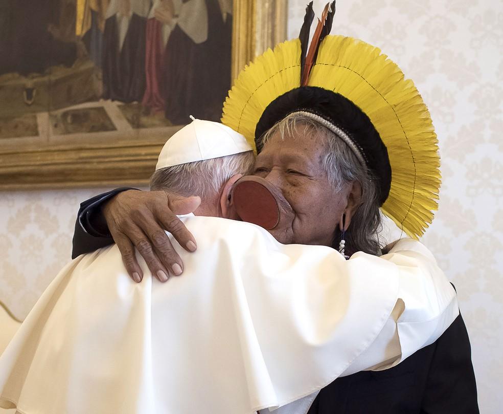 Papa Francisco abraça líder indígena Raoni em encontro no Vaticano, nesta segunda-feira (27) — Foto: Vatican Media / AFP Photo
