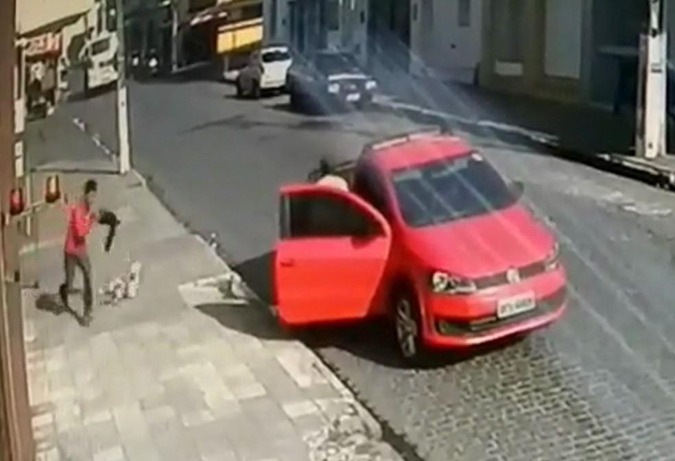 Assaltantes derrubaram dinheiro na calçada após assalto a lotérica em Itambé, na Zona da Mata de Pernambuco — Foto: Reprodução/WhatsApp