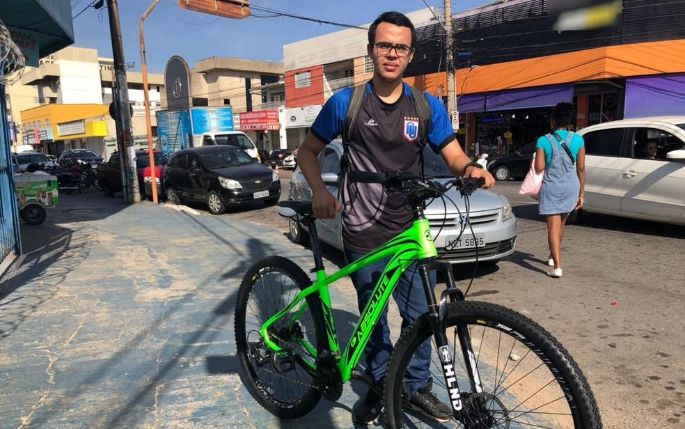 Estudante Guilherme de Souza, de 17 anos, que usa bicicleta diariamente em Goiânia (Foto: Murillo Velasco/G1)