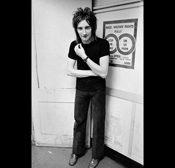 O músico Rod Stewart em foto do início da carreira compartilhada por ele nas redes sociais (Foto: Instagram)