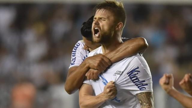 Eduardo Sasha comemora o gol do Santos sobre o Cruzeiro