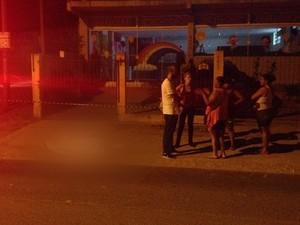Homicídio ocorrido na Lomba do Pinheiro, Zona Leste de Porto Alegre (Foto: Renato Soder/RBS TV)