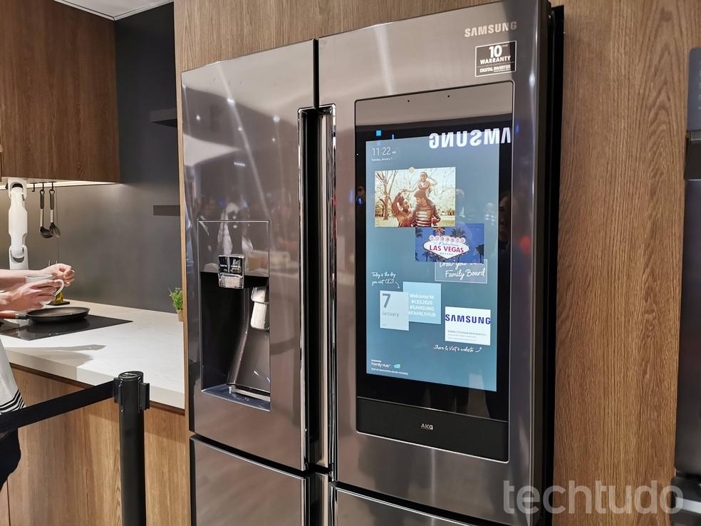 Alguns modelos oferecem controle de temperatura e permitem visualizar o interior da geladeira sem abrir a porta — Foto: Aline Batista/TechTudo