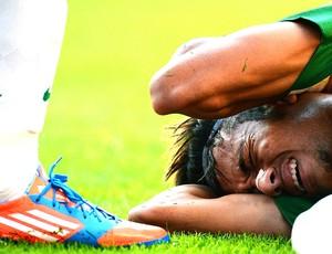 Neymar caído no amistoso entre Brasil e Grã-Bretanha (Foto: AFP)