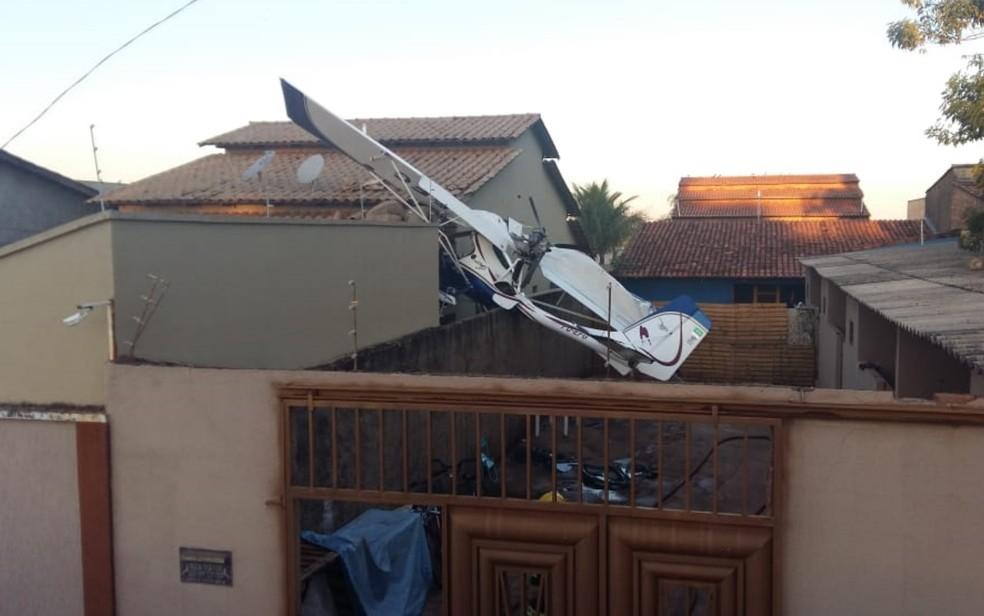 Avião cai sobre casa em Goiânia e para sobre muro (Foto: Corpo de Bombeiros/Divulgação)