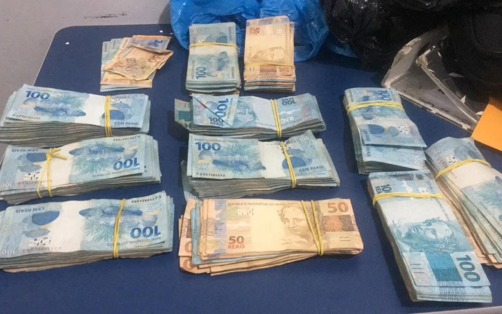 Cerca de R$ 90 mil em espécie estavam escondidos em sacos de lixo. — Foto: Reprodução/TV Anhanguera