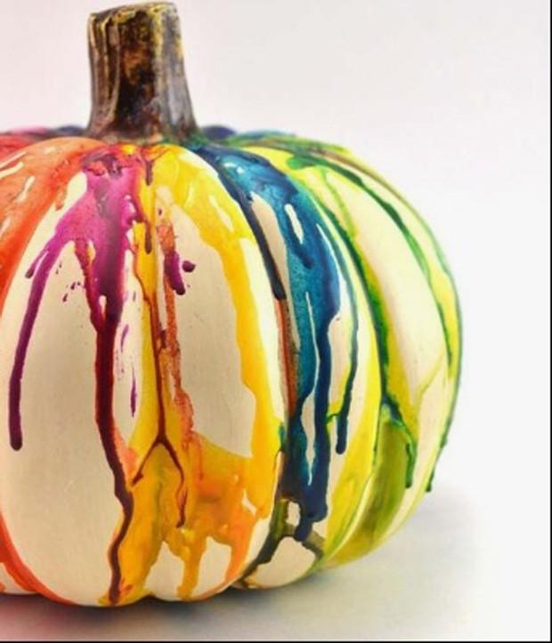 Halloween: Abóbora com giz de cera escorrendo (Foto: Pinterest/Reprodução)