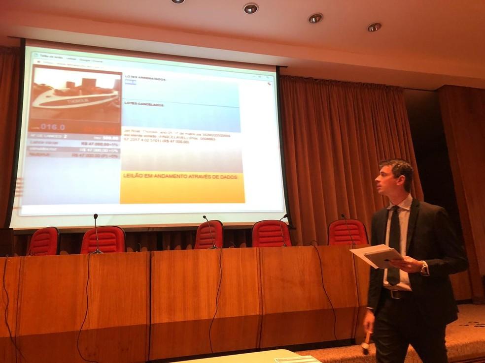 Itens são apresentados em leilão — Foto: Carlos Brito/G1