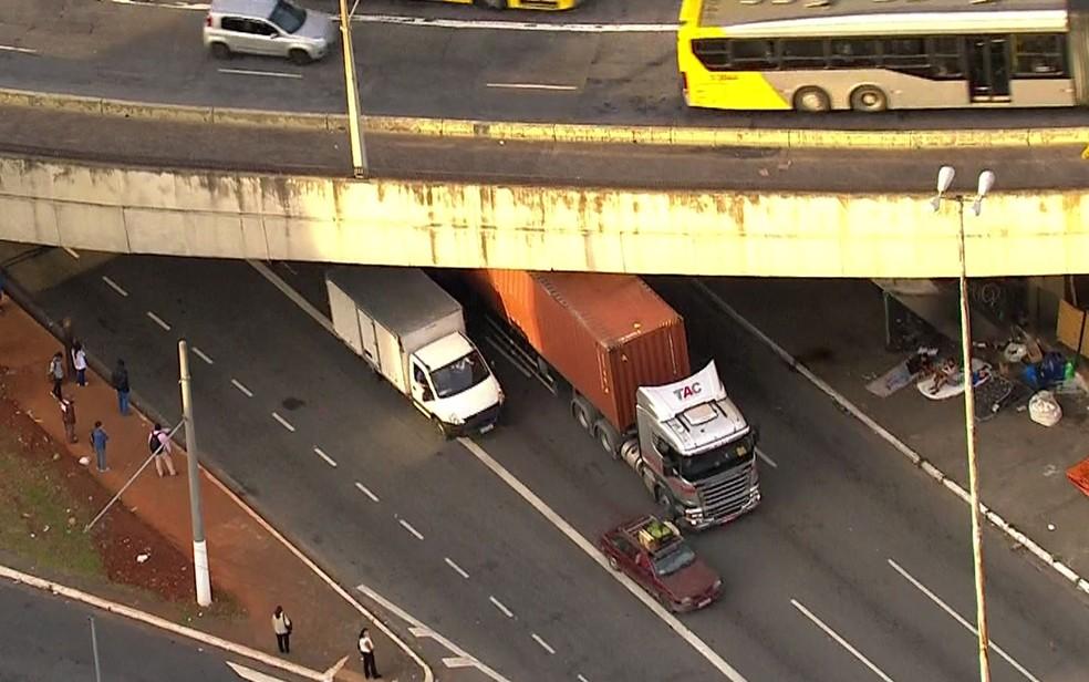 Caminhão fica entalado debaixo de viaduto no centro de SP — Foto: TV Globo/Reprodução