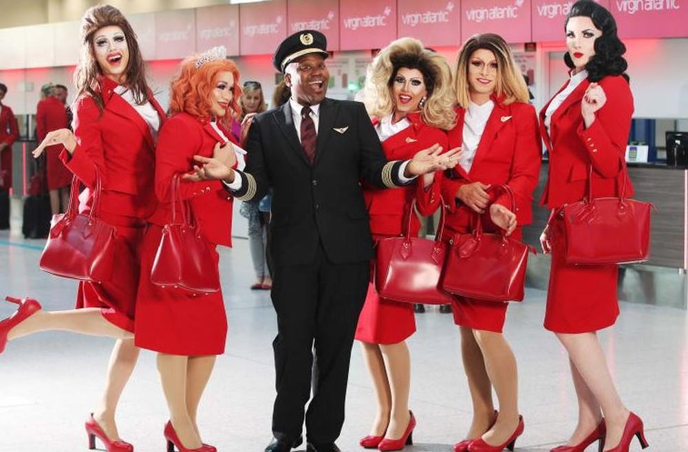 Tituss Burgess entre a tripulação que fará parte do voo, composta por LGBTs — Foto: Divulgação/Virgin Atlantic