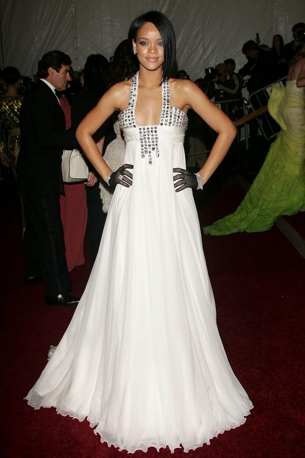 """Rihanna em seu primeiro Met Gala, em 2007 (que homenageava Paul Poiret), de longo branco Georges Chakra e luvinhas de arrastão com muito glitter espalhado pelo corpo, na era """"Umbrella"""". (Foto: Getty Images)"""