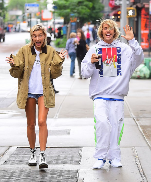 Justin Bieber and Hailey Baldwin looked like the happiest of couples as they stepped out in NYC on Wednesday morning. They spent the night together at Bieber's hotel , and emerged just before Noon . They went to Starbucks together, and happily waved to th (Foto: 247PAPS.TV / SplashNews.com)