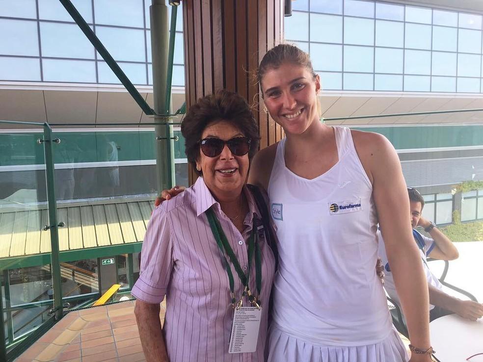 Bia Maia posa com Maria Esther Bueno em encontro das duas em Wimbledon (Foto: Reprodução / Instagram)