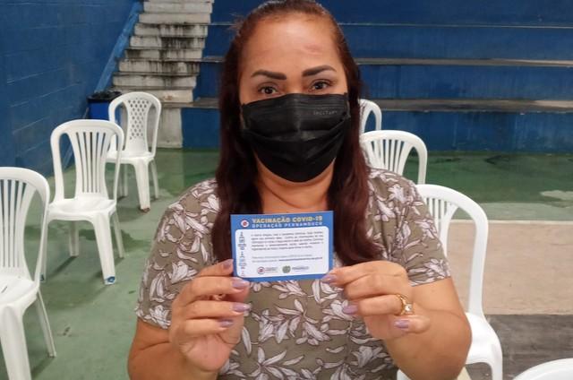 Jacira mostra o seu cartão de vacinação (Foto: Arquivo pessoal)