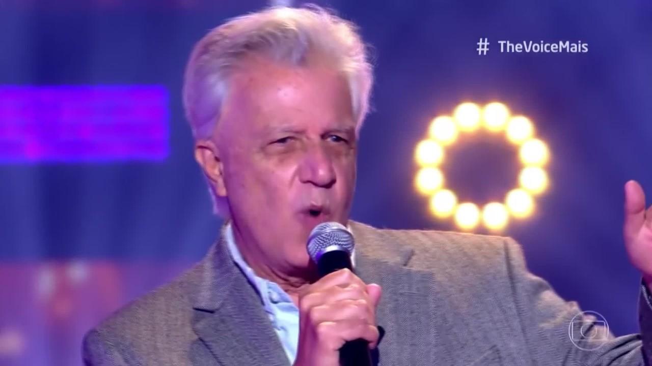 Carlos Miziara se apresenta no palco do The Voice +