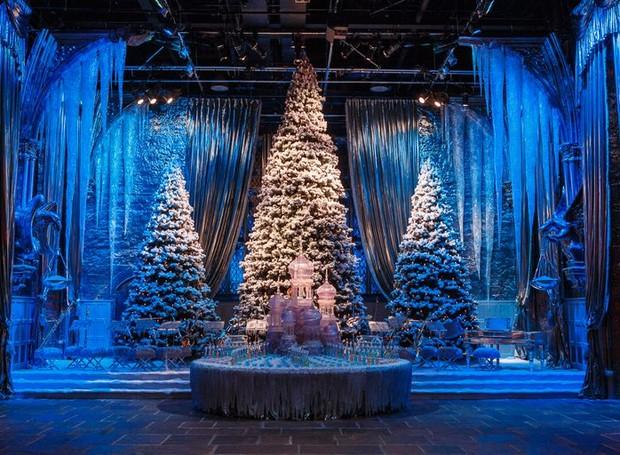 O Salão Principal ganha árvores gigantes e diversos detalhes para caracterizar o Natal (Foto: Warner Bros./ Reprodução)