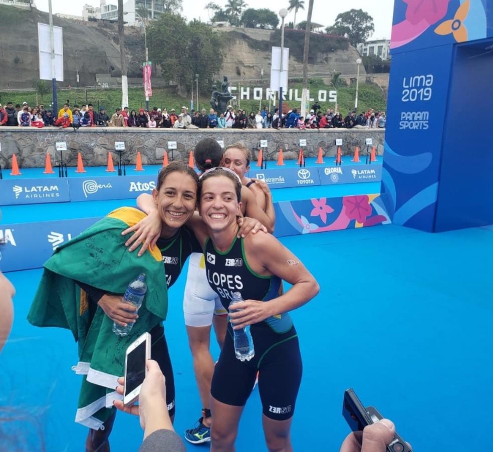 Luisa Baptista e Vittoria Lopes, do Brasil, conquistaram ouro e prata no triatlo do Pan de Lima — Foto: Twitter/Time Brasil