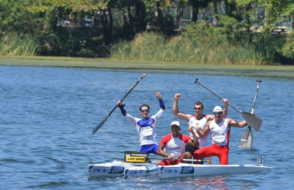Atletas comemoram o sucesso do Desafio Mano a Mano Canoagem — Foto: Guilherme Taboada