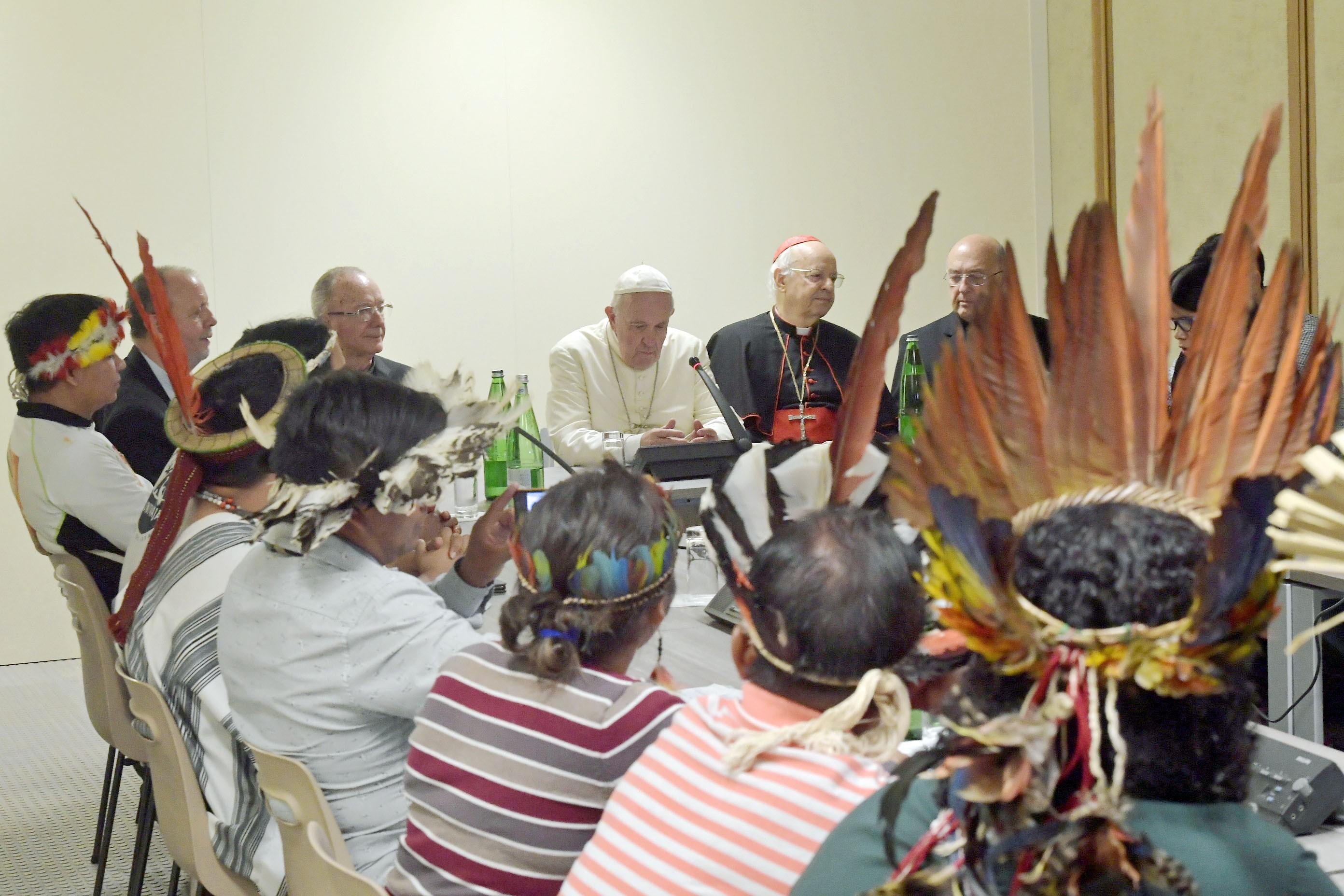 Papa Francisco faz reunião informal com indígenas no Sínodo da Amazônia - Notícias - Plantão Diário