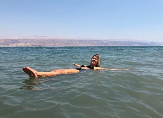 Carolina Dieckmann relaxa nas águas do Mar Morto (Foto: Reprodução/Instagram)