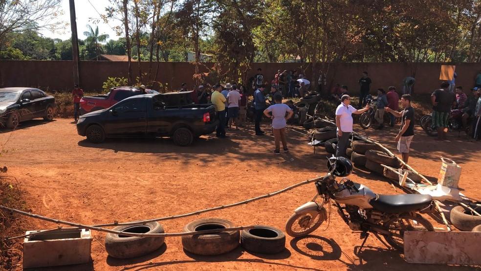 Estrada do Japonês foi bloqueado com pneus e galhos de árvores — Foto: Marisson Dourado/CBN