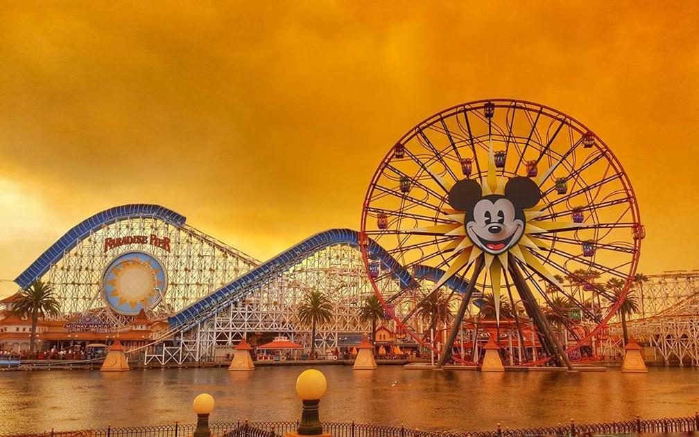 -  Céu alaranjado pelos incêndios da Califórnia é visto na Disneyland, em Anaheim, em foto de 9 de outubro  Foto: Instagram/@Kennya.Boulter via Reuters