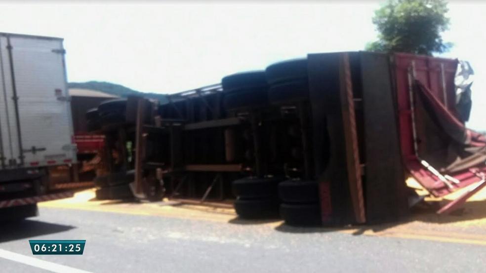 Carreta tombou na BR-222 na Serra da Ibiapaba. (Foto: Reprodução/TV Verdes Mares)