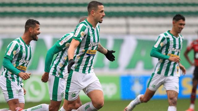 Matheus Peixoto comemora gol do Juventude