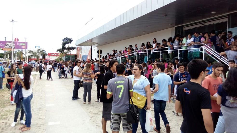Estudantes aguardando abertura dos portões no segundo dia de Enem em Natal (Foto: Lamonier Araújo/Inter TV Cabugi)
