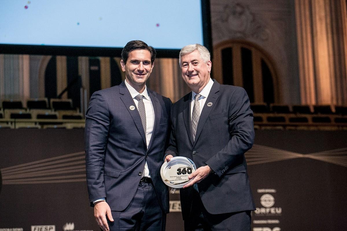 Frederic Kachar, diretor geral de mídia impressa do Grupo Globo, entrega o grande prêmio da noite para Maurício Bähr, CEO do grupo Engie no Brasil  (Foto: Keiny Andrade/Época NEGÓCIOS)