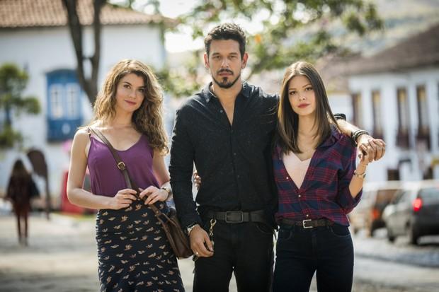 Isabel (Alinne Moraes), Alain (João Vicente de Castro) e Cris (Vitória Strada) (Foto: Globo/João Miguel Júnior)