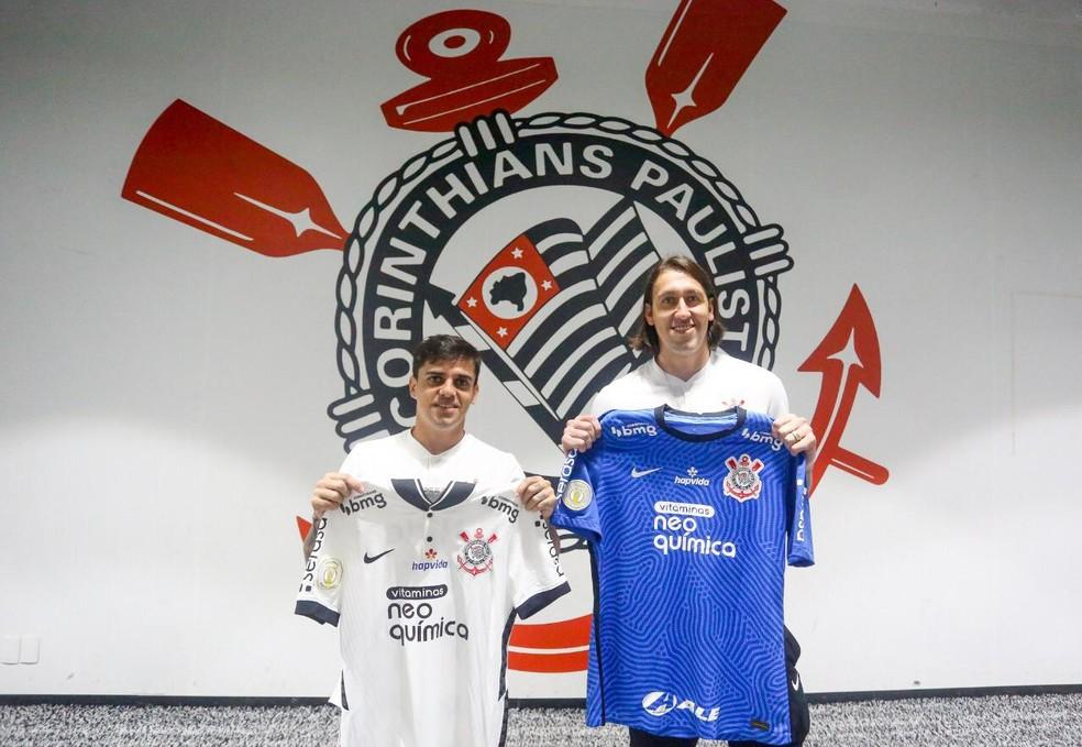 Fagner e Cássio exibem camisa com novo patrocinador do Corinthians — Foto: Divulgação
