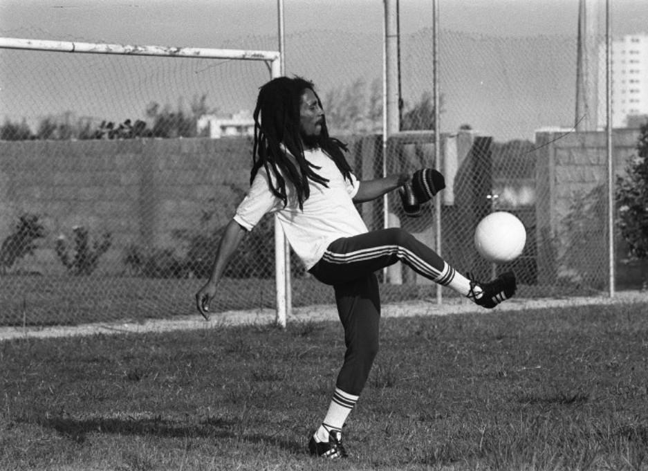 O astro jamaicano, com a camisa do Santos, chuta a bola no gramado de Chico Buarque