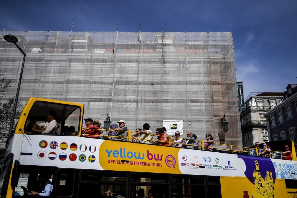 Turistas passam por edifício em reforma na capital portuguesa. (Foto: Patricia de Moelo Moreira/AFP)
