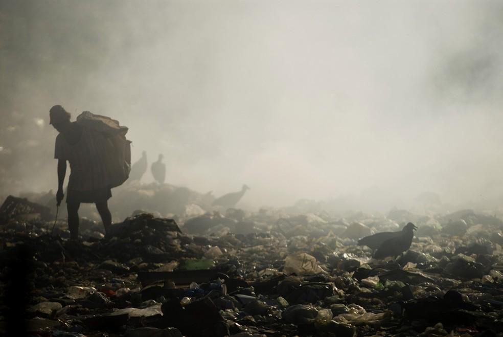 Vista do lixão localizado às margens da Transamazônica, na cidade de Altamira, no estado do Pará. (Foto: ANDERSON BARBOSA/FOTOARENA)
