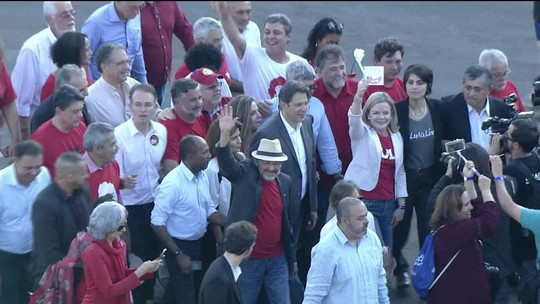 Ex-presidente Lula é último candidato a registrar chapa no TSE